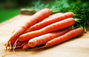 harvested-carrots-on-wooden-board