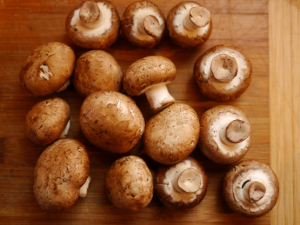 crimini-mushrooms-on-wooden-board